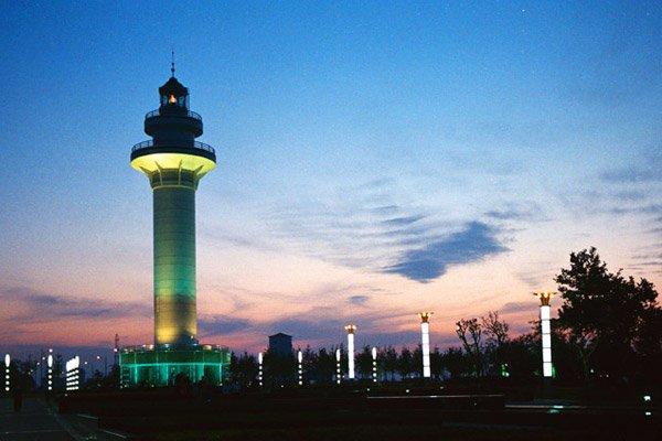 后参观日照港口象征【灯塔风景区】(游览时间约30分钟);后赴青岛酒店
