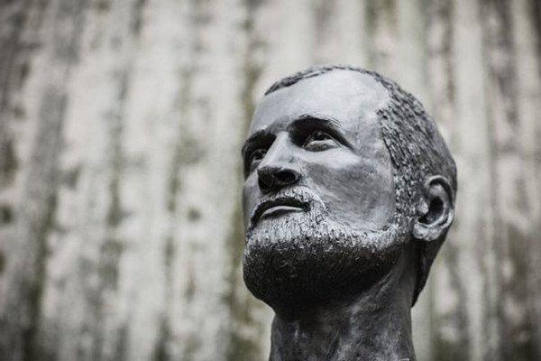 亚历山大·耶尔森雕像图片